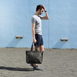 How to wear: olive canvas tote bag, grey high top sneakers, navy shorts, grey crew-neck t-shirt