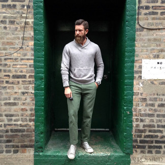 How to wear: grey hoodie, green chinos, grey canvas high top sneakers