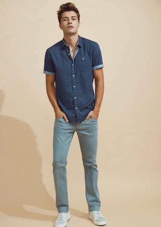 How to wear: grey leather low top sneakers, light blue jeans, navy print short sleeve shirt