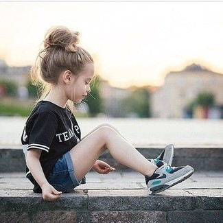 How to wear: grey sneakers, navy denim shorts, black t-shirt