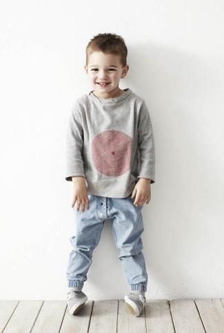 How to wear: grey sweater, light blue jeans, grey sneakers
