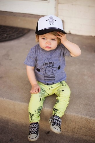 How to wear: grey t-shirt, yellow trousers, black sneakers, white and black baseball cap