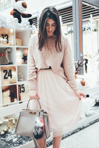 How to Wear a Grey Leather Tote Bag: Pairing a beige crew-neck sweater with a grey leather tote bag is a nice idea for a laid-back but incredibly chic outfit.