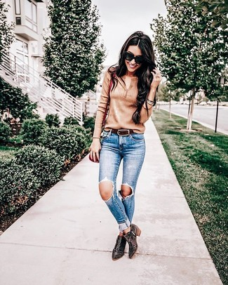 How to wear: tan henley shirt, blue ripped skinny jeans, dark brown studded suede ankle boots, red leather crossbody bag