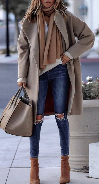 How to Wear a Beige V-neck Sweater For Women: A beige v-neck sweater and navy ripped skinny jeans are essential pieces, without which our casual arsenals would definitely feel incomplete. And if you need to easily ramp up this outfit with shoes, why not complete your look with a pair of brown suede ankle boots?