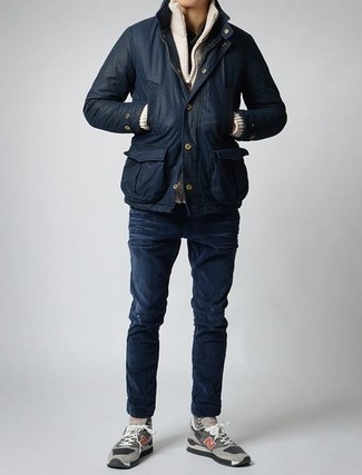 How to wear: navy skinny jeans, black henley shirt, beige zip sweater, black barn jacket