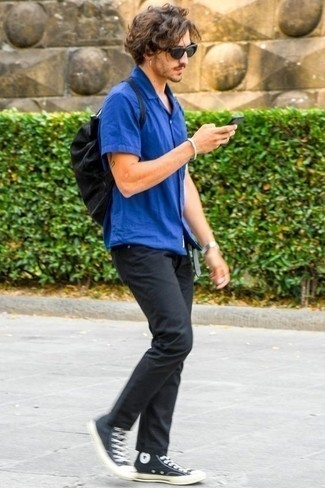 How to Wear a Blue Short Sleeve Shirt For Men: Demonstrate your credentials in men's fashion by putting together a blue short sleeve shirt and black jeans for an off-duty outfit. To give your overall ensemble a more relaxed twist, why not complete this outfit with black and white canvas high top sneakers?