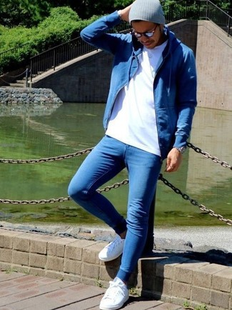 How to wear: blue hoodie, white crew-neck t-shirt, blue skinny jeans, white leather low top sneakers