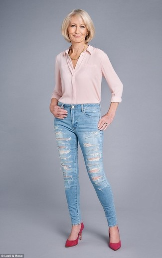 How to Wear Light Blue Ripped Skinny Jeans: Assert your styling prowess by teaming a pink silk dress shirt and light blue ripped skinny jeans for a relaxed combination. Avoid looking too casual by finishing with a pair of hot pink suede pumps.