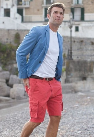 How to Wear a Light Blue Blazer For Men: Consider pairing a light blue blazer with hot pink shorts for effortless refinement with a masculine finish.