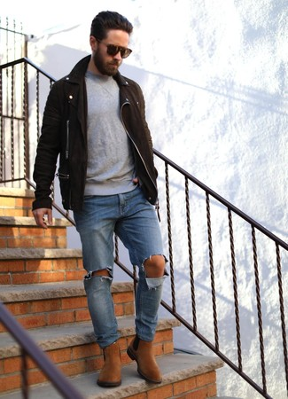 How to wear: tobacco suede chelsea boots, blue ripped jeans, grey crew-neck sweater, dark brown suede biker jacket