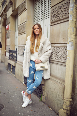 How to wear: white leather low top sneakers, light blue star print jeans, beige fluffy crew-neck sweater, white fleece coat