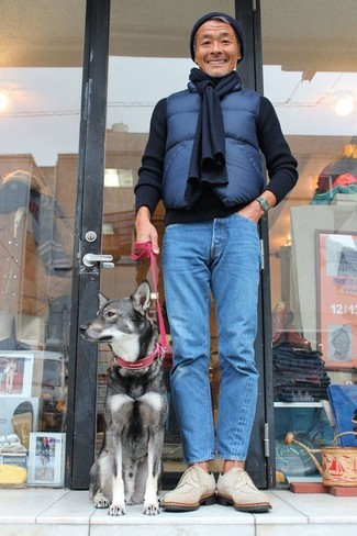 How to wear: beige suede derby shoes, blue jeans, black crew-neck sweater, navy quilted gilet