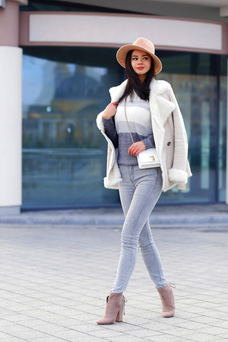 How to wear: beige suede ankle boots, grey jeans, grey ombre crew-neck sweater, beige shearling jacket
