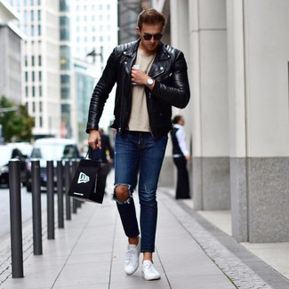 How to wear: white leather low top sneakers, navy ripped jeans, beige crew-neck t-shirt, black leather biker jacket