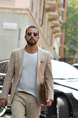 How to wear: brown leather zip pouch, beige jeans, white crew-neck t-shirt, beige blazer