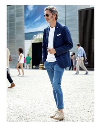 How to wear: beige low top sneakers, blue jeans, white crew-neck t-shirt, navy cotton blazer