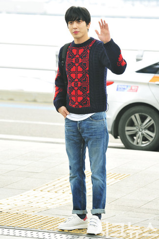 How to wear: white leather low top sneakers, blue jeans, white crew-neck t-shirt, red and navy cable sweater