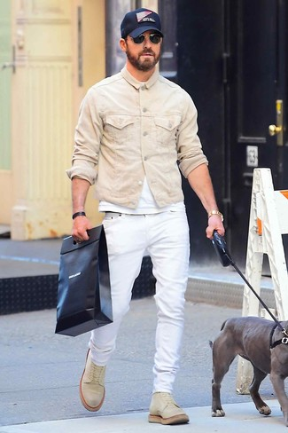 How to wear: beige suede casual boots, white jeans, white crew-neck t-shirt, beige denim jacket