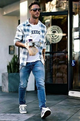 How to Wear a White and Navy Print Crew-neck T-shirt For Men: When you want to look stylish and stay comfortable, pair a white and navy print crew-neck t-shirt with blue jeans. For maximum style, complete your look with navy and white canvas low top sneakers.