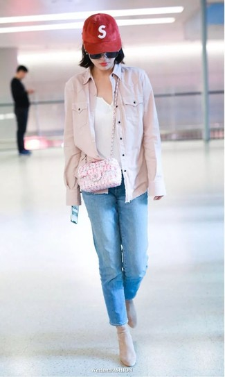 How to Wear a Red Cap For Women: A pink denim jacket and a red cap are a good combination that will easily carry you throughout the day and into the night. Serve a little mix-and-match magic by finishing with beige suede ankle boots.