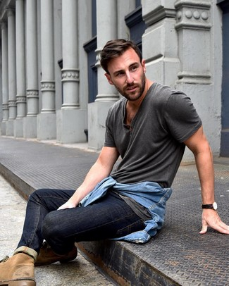 How to wear: tan suede desert boots, navy jeans, charcoal henley shirt, light blue denim jacket