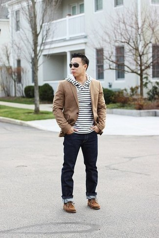 How to Wear Tan Suede Desert Boots: Such must-haves as a tan blazer and navy jeans are the perfect way to introduce some manly elegance into your day-to-day routine. Tan suede desert boots integrate brilliantly within plenty of combinations.