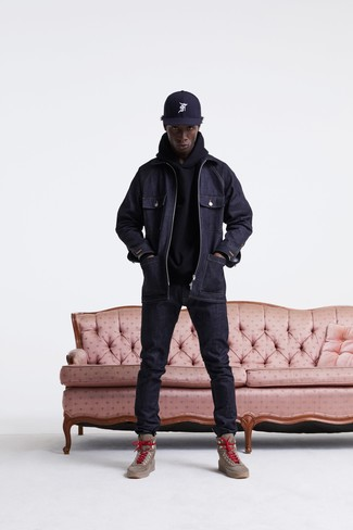 How to wear: brown leather work boots, navy jeans, black hoodie, navy denim field jacket