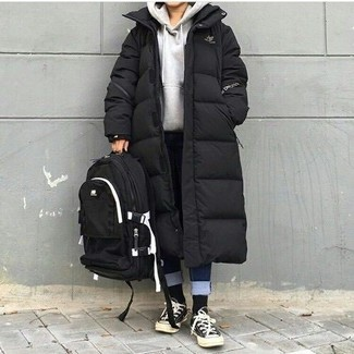 How to wear: black and white canvas low top sneakers, navy jeans, grey hoodie, black puffer coat