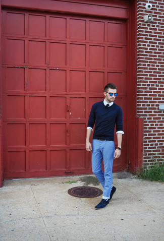 How to wear: navy suede derby shoes, light blue lightweight jeans, white long sleeve shirt, navy crew-neck sweater