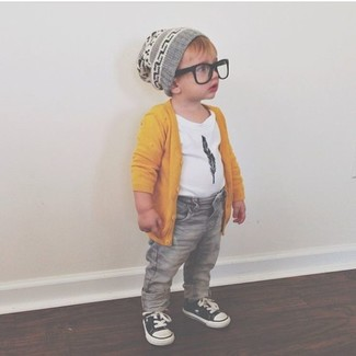 How to wear: black sneakers, grey jeans, white t-shirt, yellow cardigan