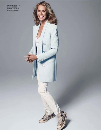 Lauren Hutton wearing Light Blue Blazer, White V-neck T-shirt, White Jeans, Grey Canvas High Top Sneakers