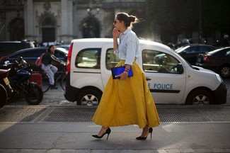 This combo of a baby blue denim shirt and a yellow full skirt will attract attention for all the right reasons. Black suede pumps will instantly smarten up even the laziest of looks. With rising temperatures come warmer afternoons and balmy nights and the need for a fresh outfit just like this one.
