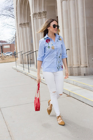 How to wear: light blue embroidered dress shirt, white ripped skinny jeans, tan suede ballerina shoes, red quilted leather crossbody bag