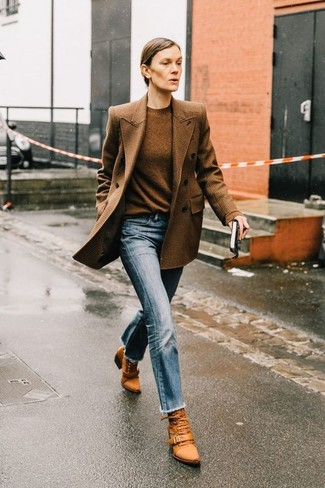 How to wear: tobacco leather lace-up ankle boots, light blue jeans, brown crew-neck sweater, brown check double breasted blazer