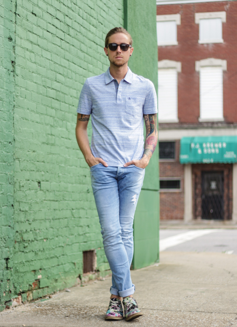 what to wear with light blue jeans mens