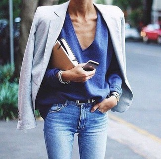 How to wear: light blue skinny jeans, blue v-neck sweater, light blue blazer