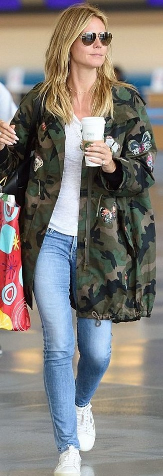 How to wear: white leather low top sneakers, light blue skinny jeans, white crew-neck t-shirt, dark green camouflage parka