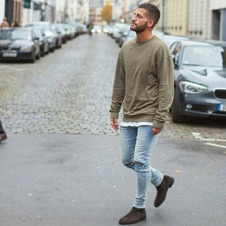 How to wear: dark brown suede chelsea boots, light blue ripped skinny jeans, white crew-neck t-shirt, olive sweatshirt