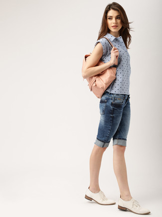 How to wear: light blue sleeveless button down shirt, navy denim bermuda shorts, white leather oxford shoes, pink leather backpack
