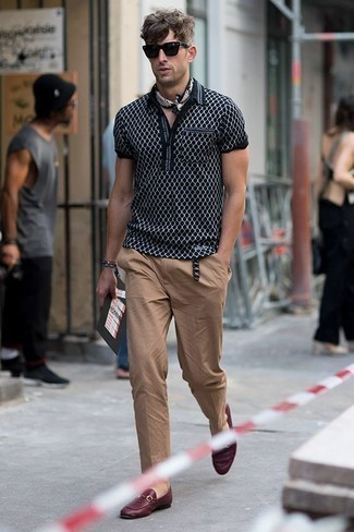 Men's Looks & Outfits: What To Wear In 2020: A black print polo and khaki chinos are the kind of a tested casual outfit that you need when you have no time. For something more on the dressier side to finish this outfit, complete this look with a pair of burgundy leather loafers.