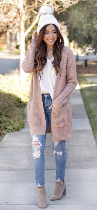 How to wear: beige long cardigan, white v-neck t-shirt, blue ripped skinny jeans, beige suede chelsea boots