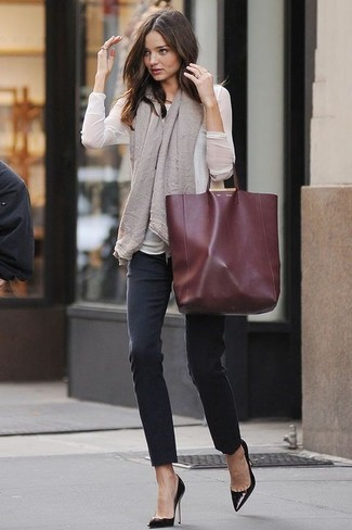 Pairing a white long sleeve blouse with black skinny jeans is a comfortable option for running errands in the city. Finish off your look with black leather pumps.