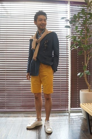 How to Wear Mustard Shorts For Men: Teaming a navy double breasted blazer and mustard shorts is a surefire way to inject your styling rotation with some masculine sophistication. Feeling brave today? Tone down this look with a pair of white leather low top sneakers.