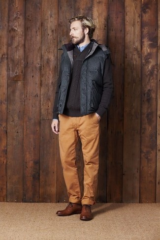 How to Wear a Charcoal Quilted Gilet For Men: This relaxed combination of a charcoal quilted gilet and tobacco chinos will attract attention for all the right reasons. Why not complement your look with a pair of brown leather brogues for an extra touch of refinement?