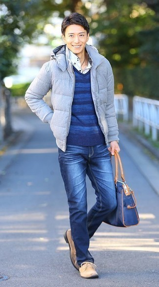 How to Wear a Navy Canvas Tote Bag For Men: We're all seeking practicality when it comes to styling, and this casual street style pairing of a light blue puffer jacket and a navy canvas tote bag is a great illustration of that. For a dressier twist, introduce beige suede desert boots to the mix.