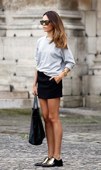 A grey long sleeve t-shirt and dark green sunglasses is a nice pairing to carry you throughout the day. Perk up your outfit with black and gold leather oxford shoes. And when you have one of those dull fall days, sometimes only a kick-ass ensemble like this one can get you out the door in the morning.