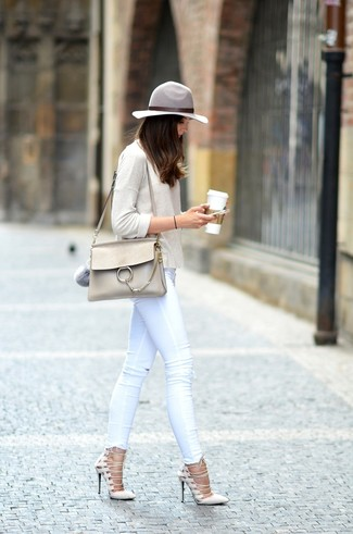 Step up your off-duty look in a beige long sleeve t-shirt and white skinny jeans. Go for a pair of cream suede pumps to va-va-voom your outfit.