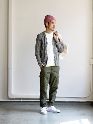 Men's Looks & Outfits: What To Wear In 2020: If you're looking for a laid-back and at the same time dapper outfit, opt for a white crew-neck t-shirt and olive cargo pants. Let your styling credentials really shine by completing this ensemble with white canvas low top sneakers.