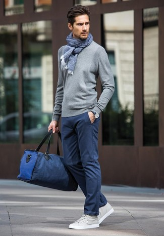 How to wear: navy canvas holdall, grey leather low top sneakers, navy chinos, grey crew-neck sweater